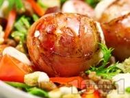 Пълнени кюфтенца увити в бекон с барбекю сос печени на фурна